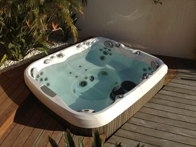 ozeo piscine gemenos id e inspirante pour la conception de la maison. Black Bedroom Furniture Sets. Home Design Ideas